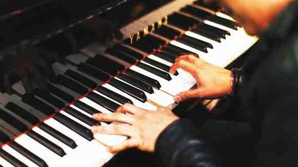ピアノ伴奏を簡単なコードで弾く方法