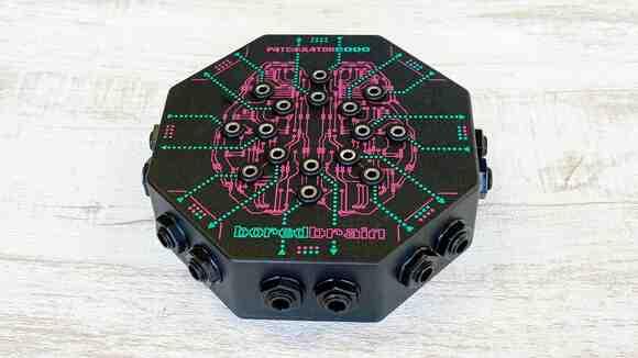 まるで宇宙船!?ペダルボード用パッチベイ「Boredbrain Music PATCHULATOR8000」こうやって使います!