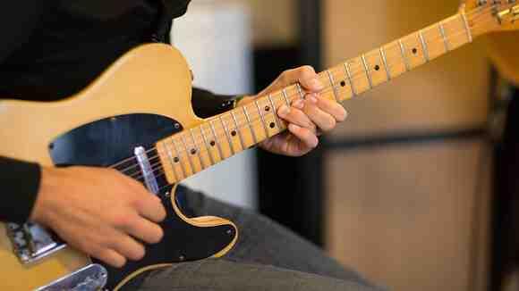 ムダな力が抜けたギターピッキングをマスターするための効果的な練習方法