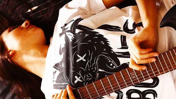 YouTubeで見かけた女子プレイヤー達。ギター編