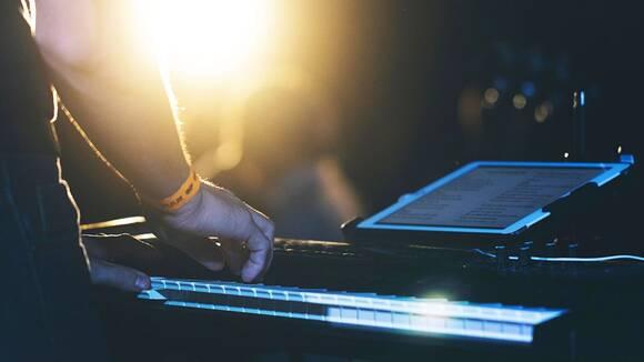 ピアノで弾き語りしたい!自動伴奏機能とコード付メロディ譜を活用する方法