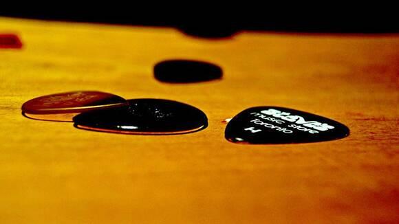 【ベース初心者のための】ピックを弦にあてる角度についてまとめて解説