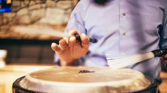 ドラムだけではなくパーカッションも叩く理由-