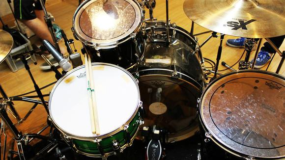 ドラムのセッティングに煮詰まったときには、基本の3点セットに戻ってみましょう