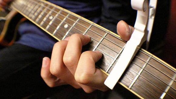 手の小さい人がアコギを弾くためのコツと練習法
