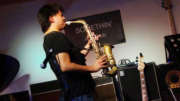 ライフベンドミュージックスクールのサックス科講師の杉田駿星