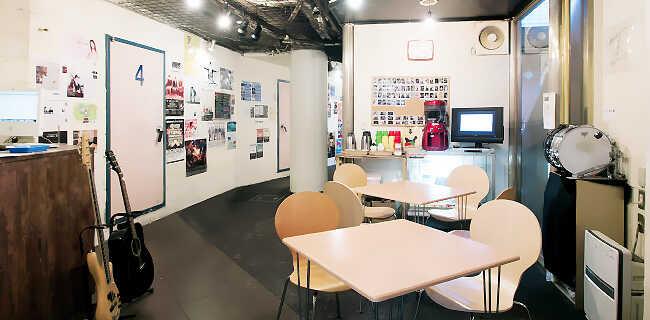 店内|ドリンクコーナーなど開放的な雰囲気でスタッフとの音楽話も弾みます。