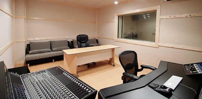 クリエイティブな作業に専念できる広いディレクターデスクとクライアントスペース